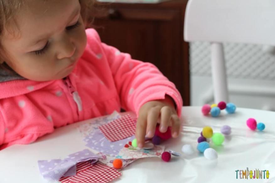 Arte para crianças pequenas - colagem no contact - escolhendo o lugar dos objetos