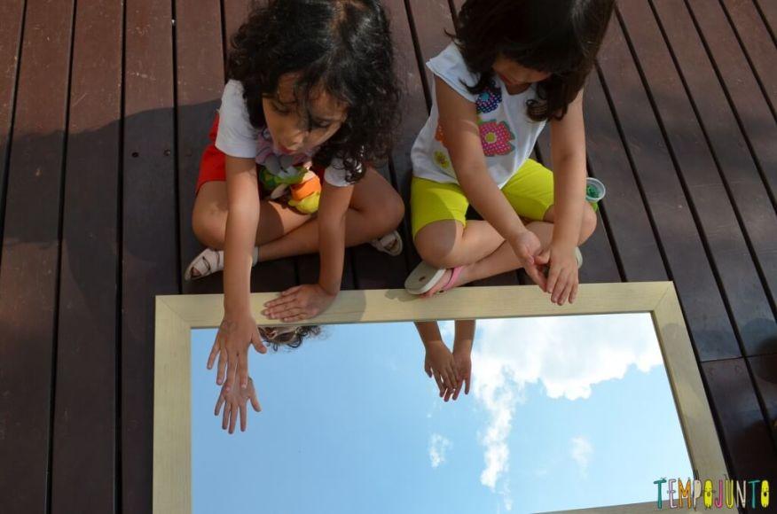 As descobertas incríveis ao brincar com seu filho no espelho - sofia e larissa com a mao no espelho