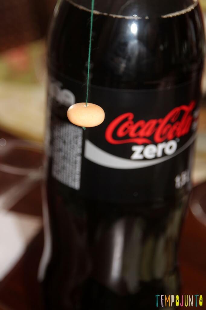 Duas maneiras de fazer a brincadeira com Mentos e Coca-Cola - linha da cor da tampa
