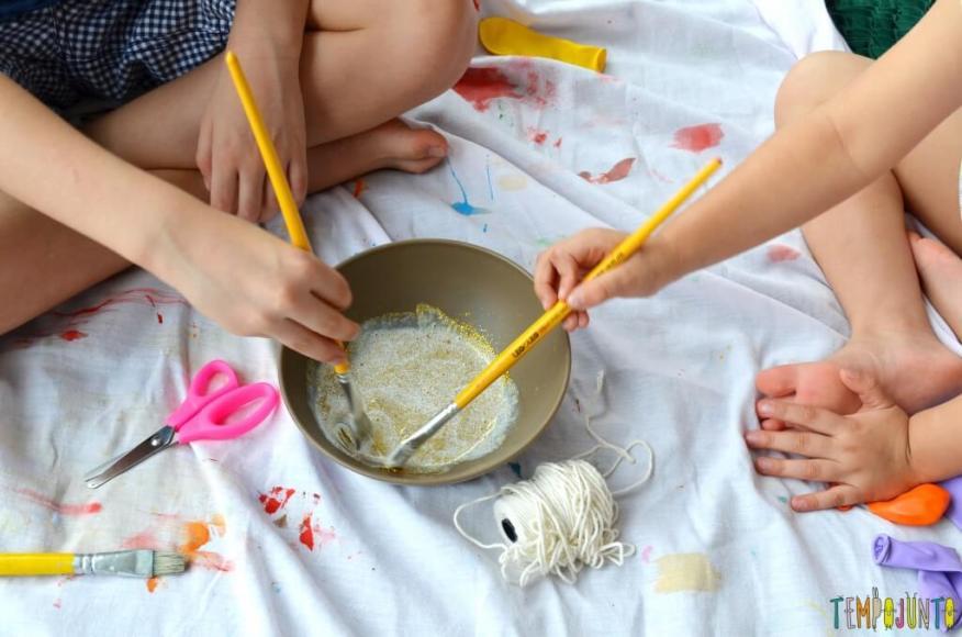 Lembrança de Natal para fazer com as crianças - misturando a cola com glitter