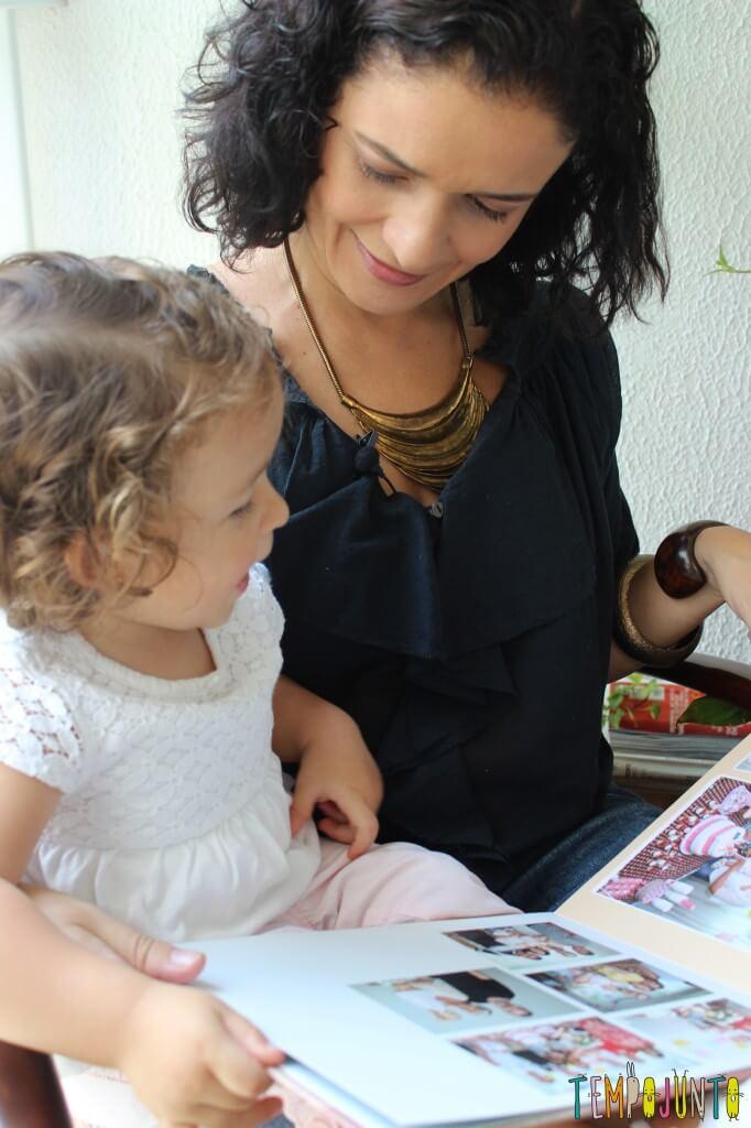 Quando as fotos da família viram brincadeira para bebês - pat conversando com a gabi no colo