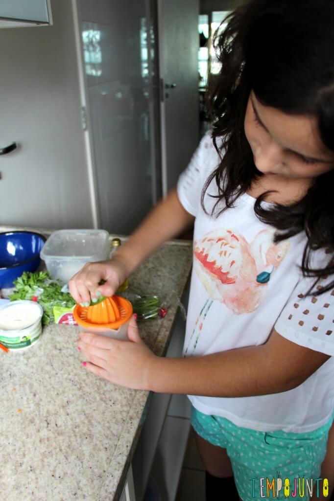 Receita fácil e saudável para fazer com as crianças - carol espremendo limao