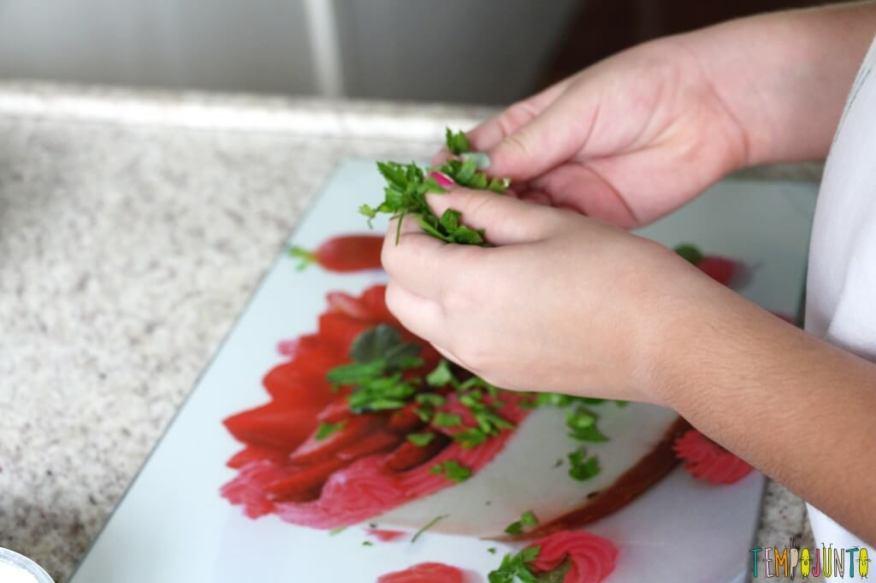 Receita fácil e saudável para fazer com as crianças - carol picando salsinha