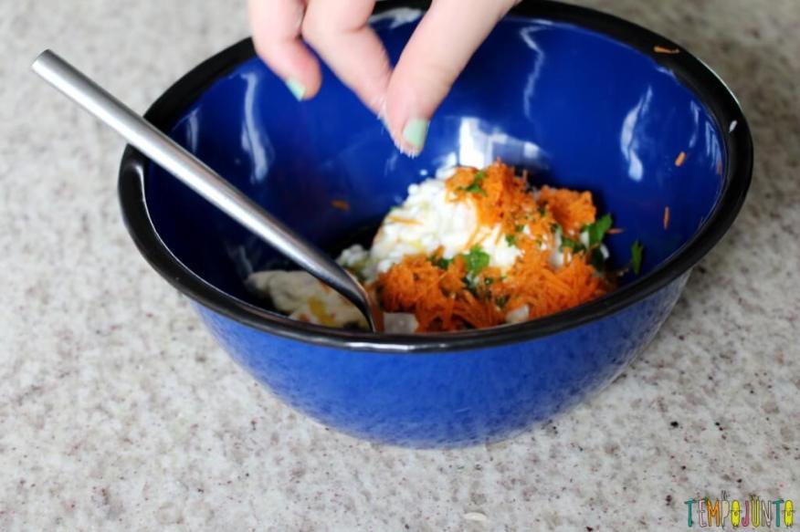 Receita fácil e saudável para fazer com as crianças - misturando os ingredientes