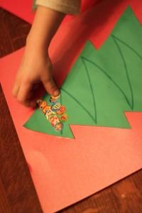 20 cartões de natal criativos para fazer com os filhos - arvore de adesivos