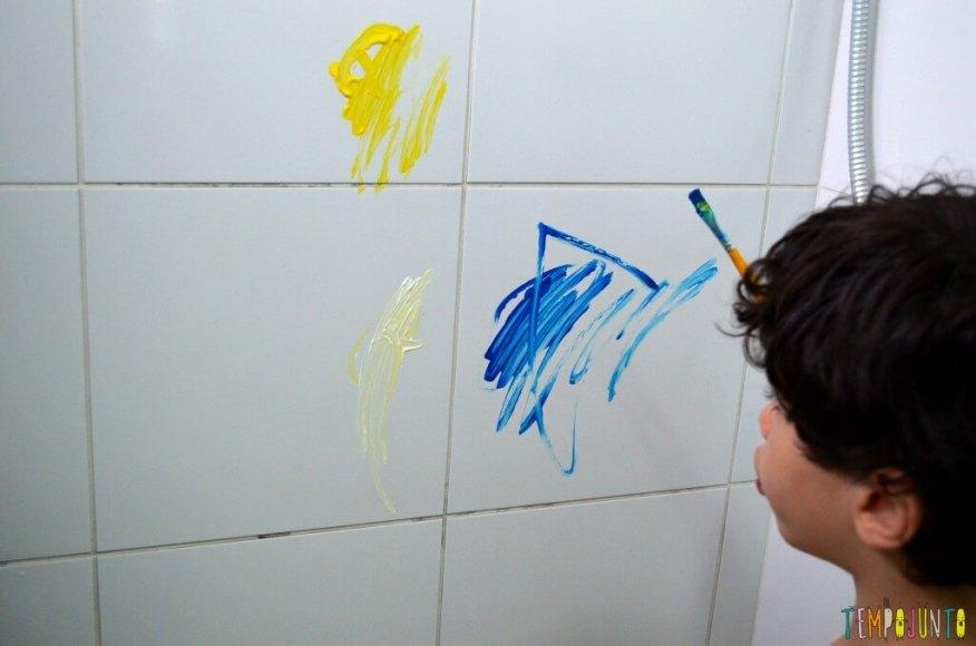Brincadeiras perfeitas para crianças agitadas e cheias de energia - henrique pintando no azulejo