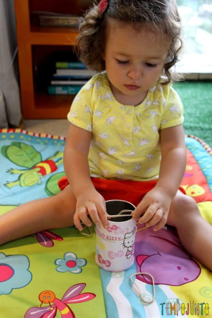 Como estimular a coordenação motora dos bebês - gabi descobrindo como colocar o elastico