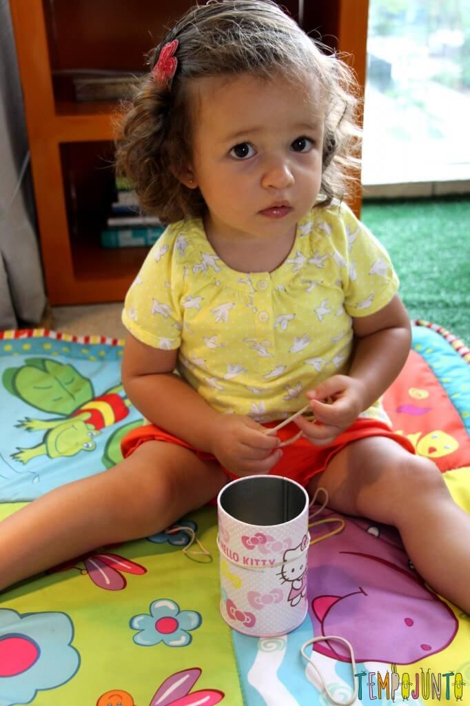 Como estimular a coordenação motora dos bebês - gabi na tentativa de pegar os elasticos