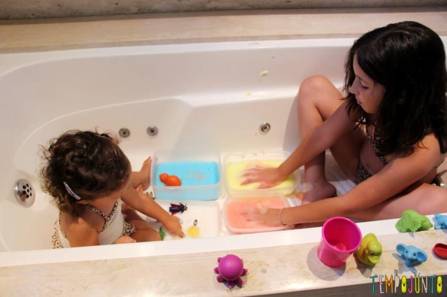 Qual foi a última brincadeira diferente que você fez com seus filhos - carol e gabi na banheira