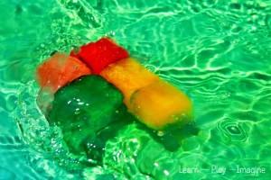 5 dicas de brincadeiras para se divertir neste verão com os bebês - gelo na piscina