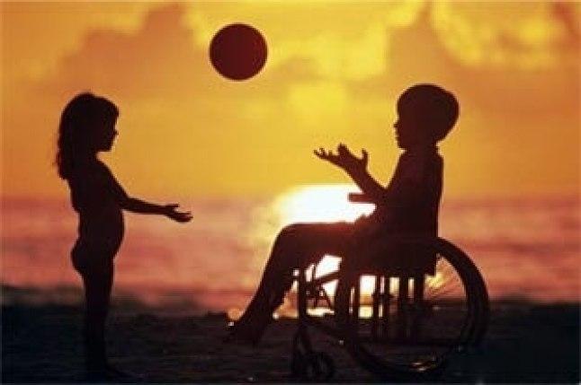 Aproveitar a brincadeira como meio de inclusão da criança com e sem deficiência - criancas brincando na cadeira de rodas
