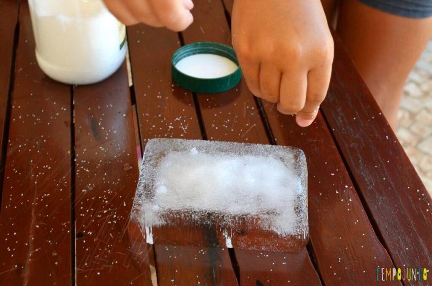 Brincadeiras que estimular a curiosidade dos jovens cientistas - pintura no gelo colocando sal no gelo