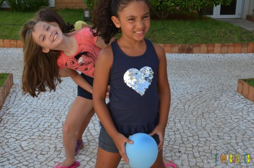 Passa Bexiga para estimular a coordenação - luiza de lado e as meninas com a bexiga