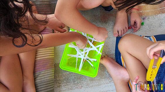 Brincadeiras que te ajudam na hora de visitar alguém - meninas pescando aranhas