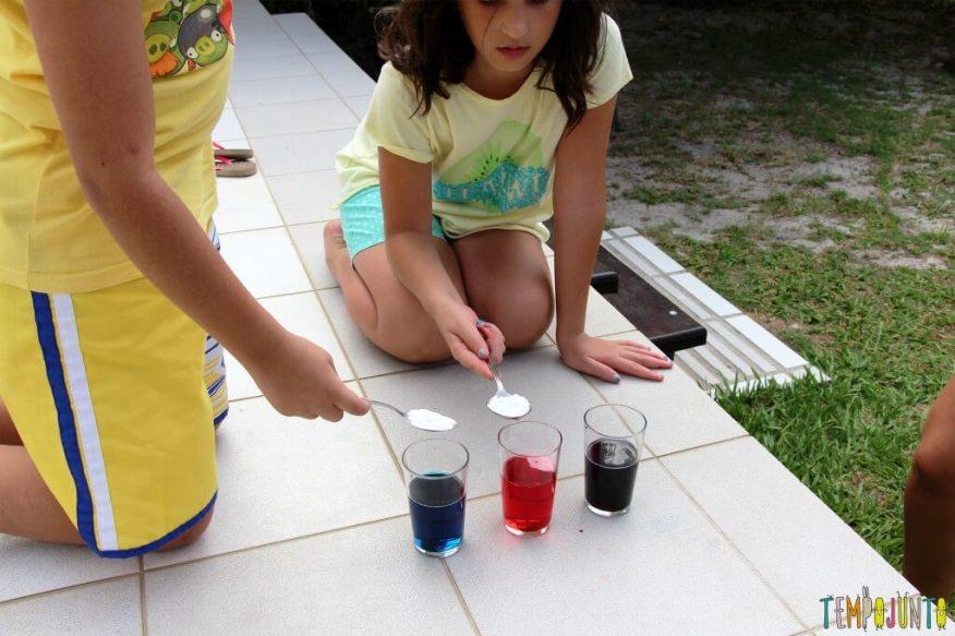 Surpreenda as crianças com uma brincadeira de ciências - colocando o bicarbonato