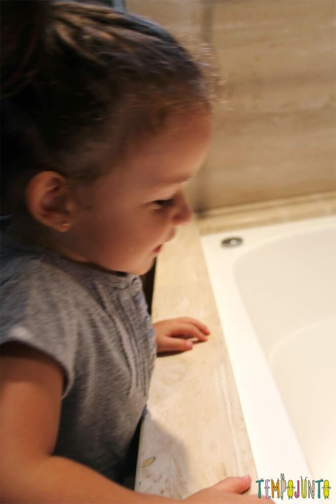 Uma atividade com água colorida que vai fazer a alegria dos pequenos - gabi olhando a banheira