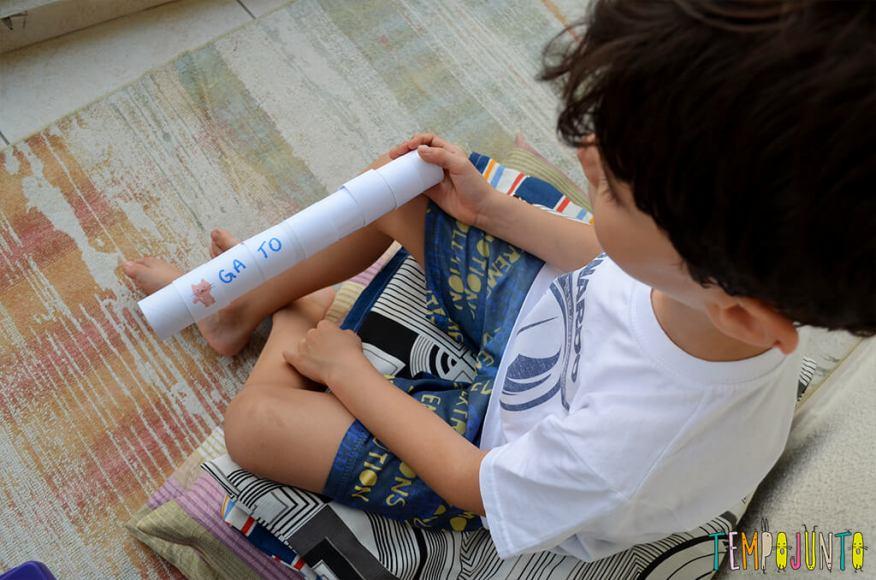 Brinquedo que ajuda a formar e ler as primeiras palavras - henrique com o brinquedo 3