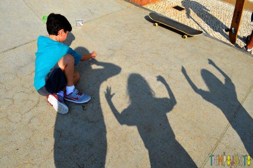 Desenho da sombra para conhecer o próprio corpo e brincar de Peter Pan - desenhando a sombra 1
