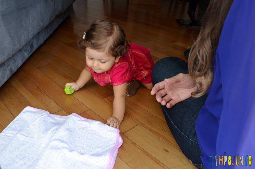 Mais um esconde esconde para estimular os bebês - engatinhando até o pano