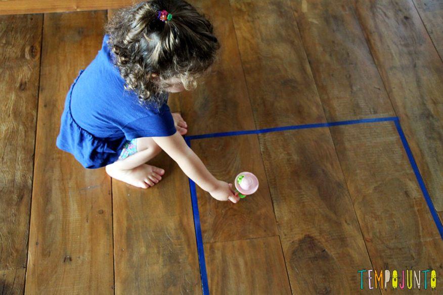 Um brincadeira para ensinar formas geométricas para os pequenos - colocando a boneca no quadrado