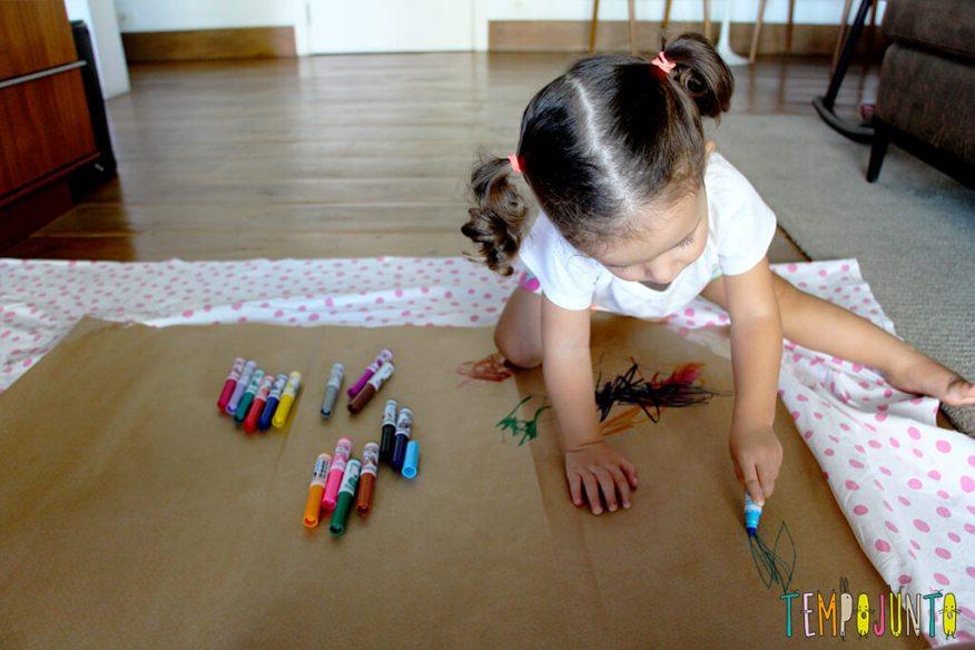 Vamos estimular a criatividade dos pequenos - gabi desenhando no chao movimentos amplos