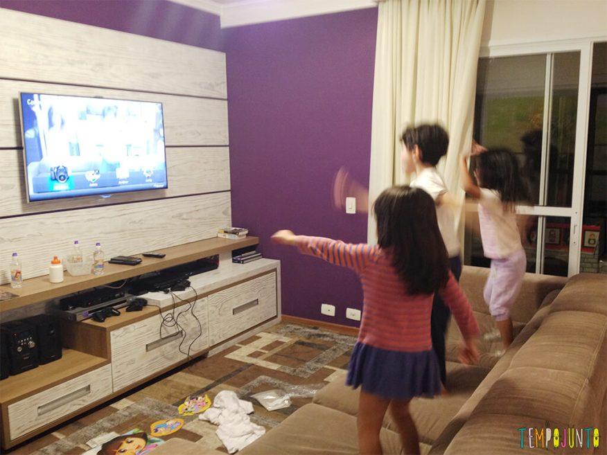 Brincadeira com a TV - crianças pulando