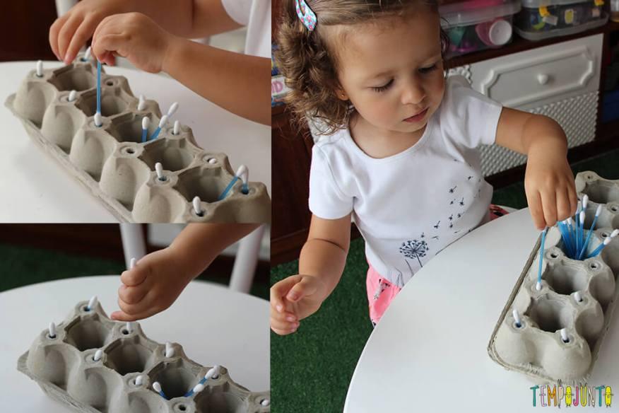 Brincadeira com caixa de ovo - gabi brincando com o brinquedo pronto