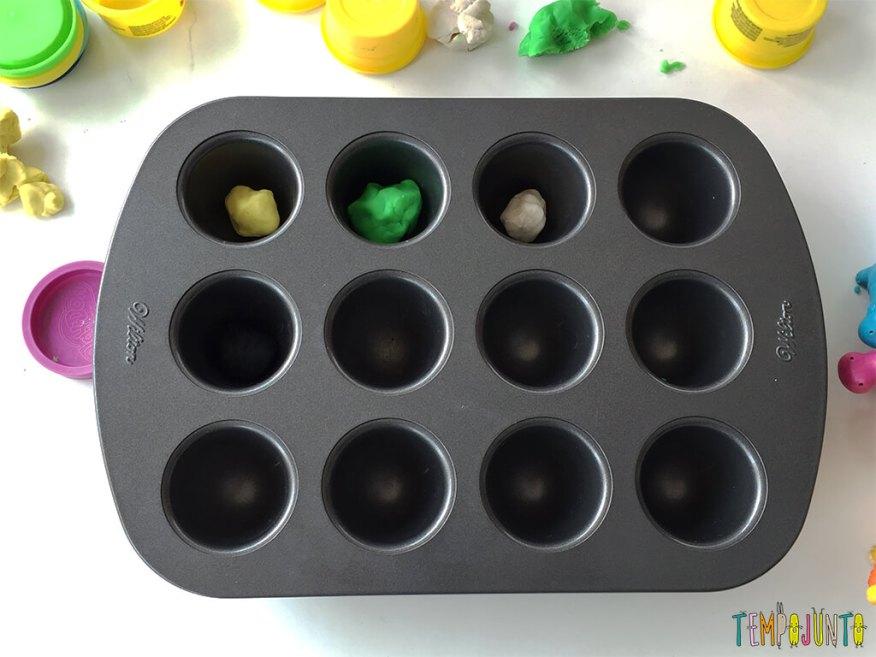 Brincadeiras não estruturadas que mudam a rotina - mesa com forma e massinha