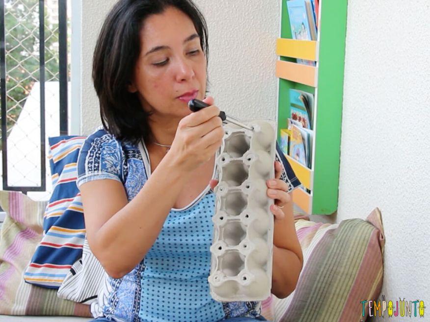 Brincar ajuda a aprender a dar o laço no cadarço - fazendo furos