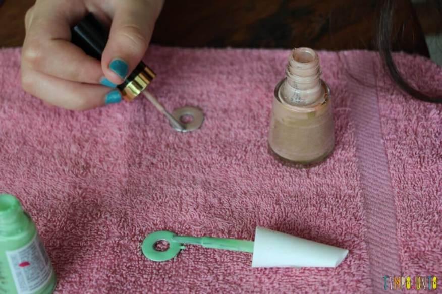 Como fazer um colar bonito e barato com as crianças - pintando um lado