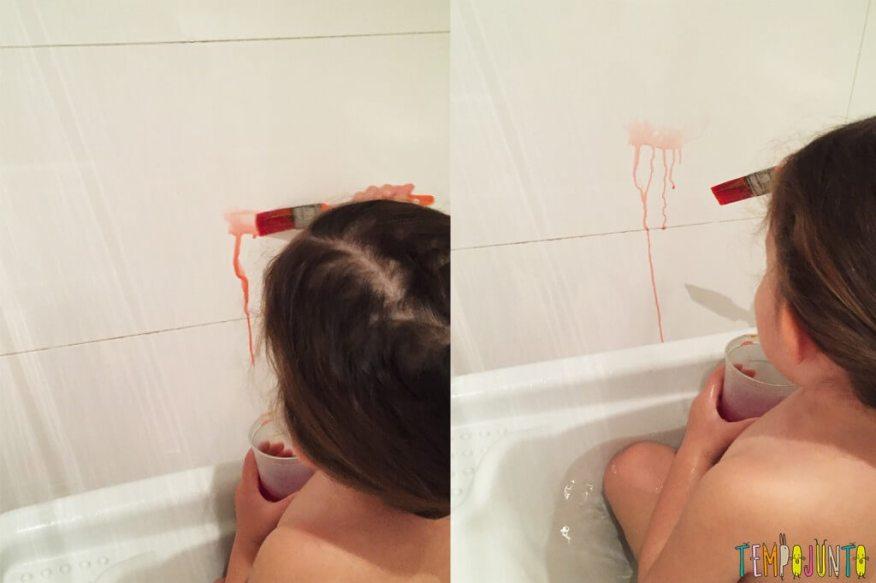 Cores para animar a brincadeira na hora do banho - gabi pintando