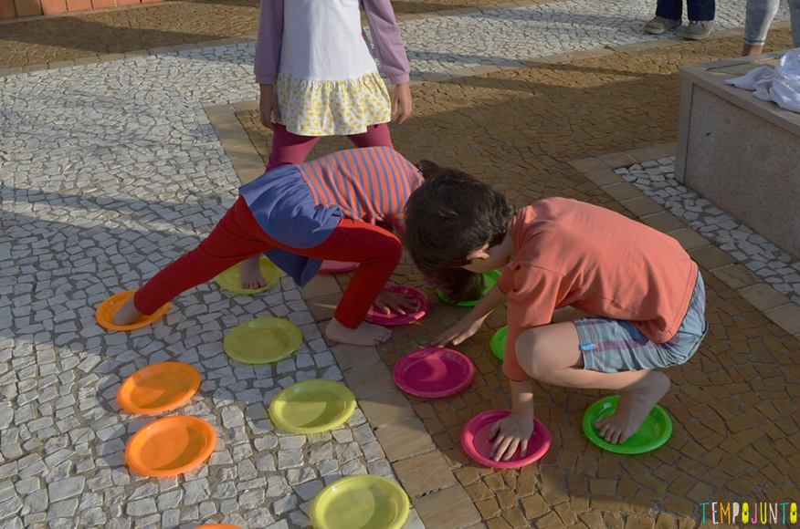 Faça em casa o jogo do Twister - filhos pat brincando