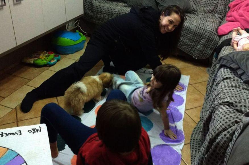 Faça em casa o jogo do Twister - Raquel brincando