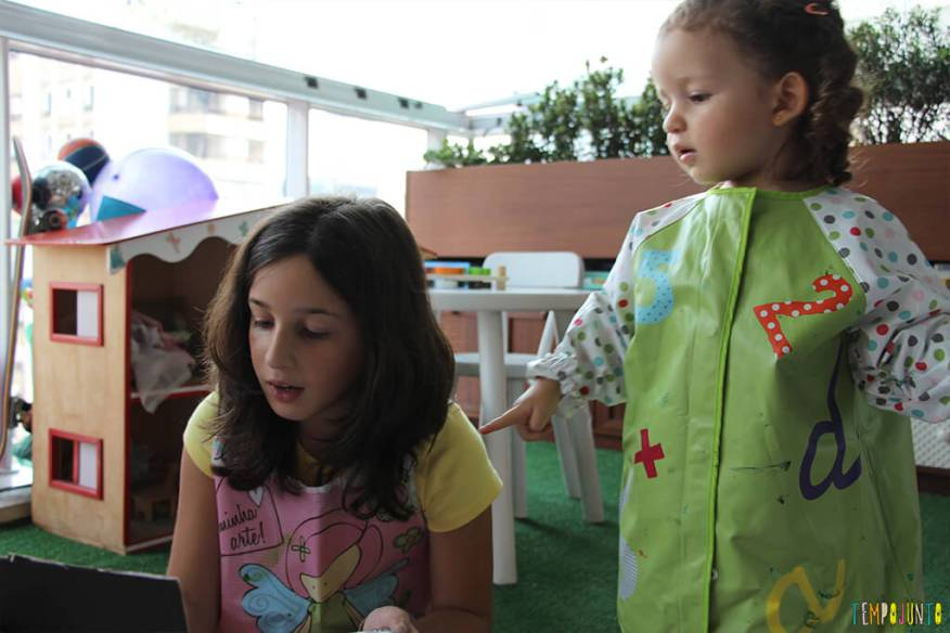 Atividade de artes para crianças de todas as idades - gabi e carol pintando juntas