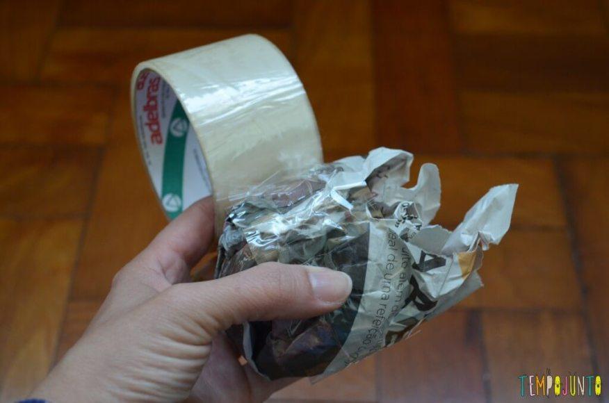 Peteca é uma brincadeira típica brasileira para se divertir ao ar livre - papel com durex