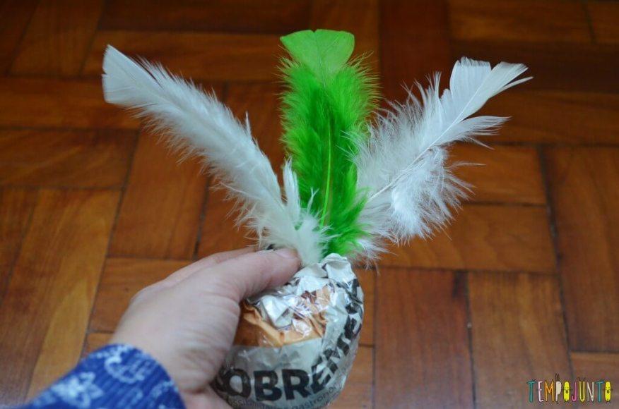 Peteca é uma brincadeira típica brasileira para se divertir ao ar livre - peteca com penas