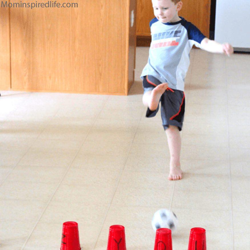 10 maneiras de brincar com bola - chute na letra