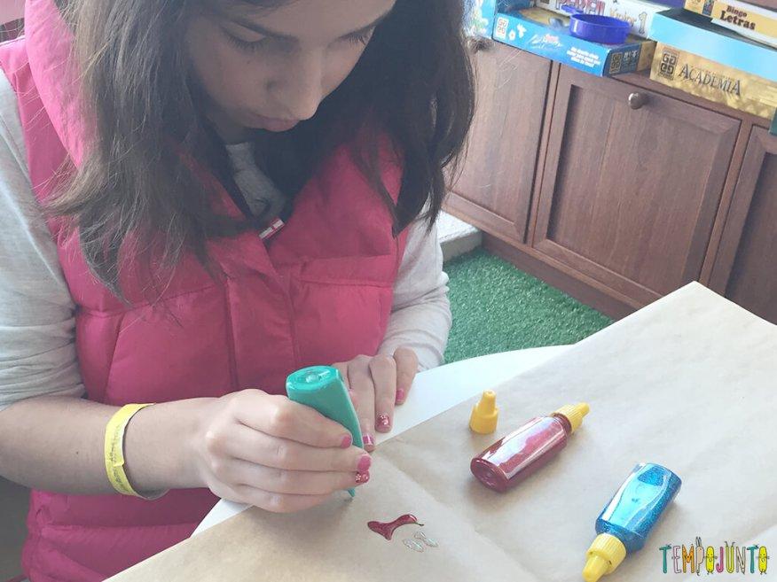 Arte com cola colorida - carol pintando