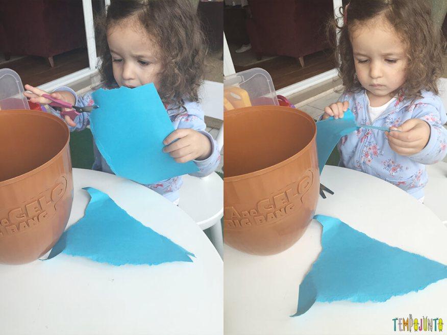 Brincadeira de recortar que incentiva o imaginar - gabi cortando o papel