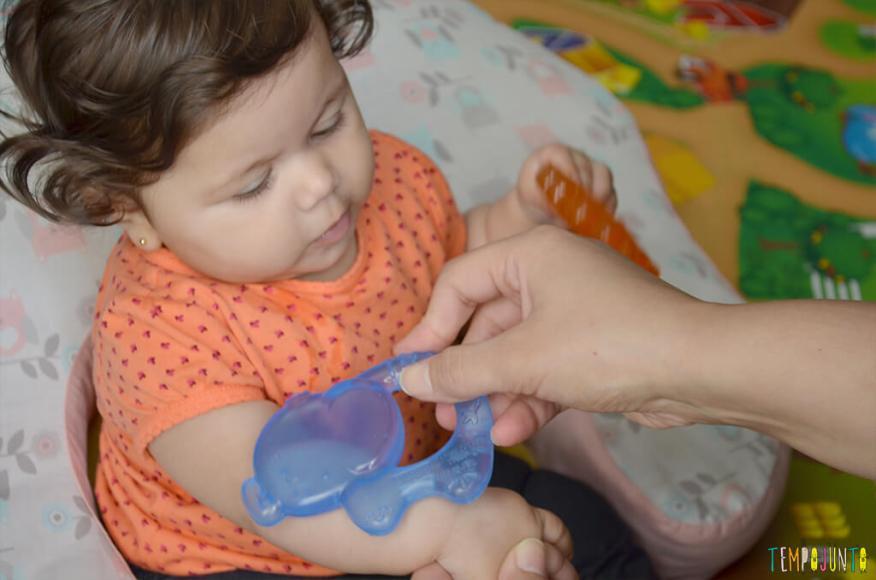 Atividade de sensacao tatil - brincadeira com plastico no braco