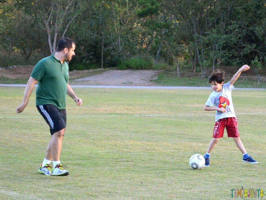 Brincar-de-futebol-homem-a-homem-para-embalar-um-bate-papo_pai-e-pocoyo-jogando-futebol