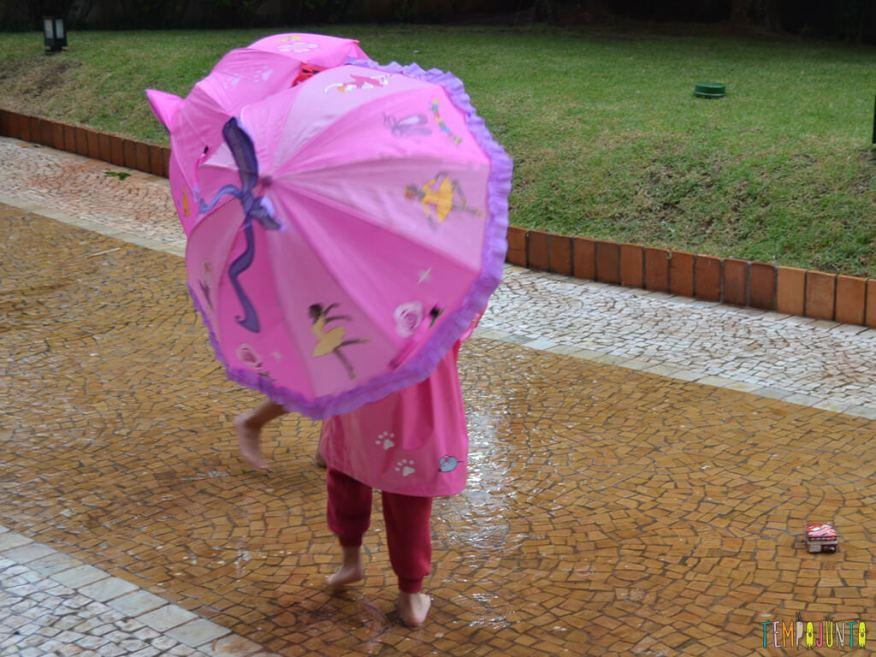 Brincar livre na chuva para criancas a partir de 3 anos_17.39.40_meninas escondida atras do guarda chuva