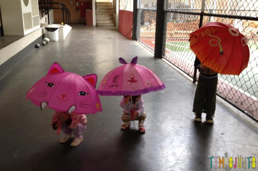Brincar livre na chuva para criancas a partir de 3 anos_dancando-na-chuva_quadra