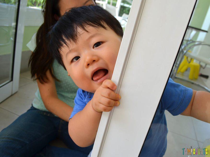 Brincadeira sensorial para seu bebe com papel de seda_11.36.19_Felipe atras do vidro