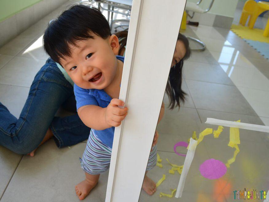 Brincadeira sensorial para seu bebe com papel de seda_11.36.43_Felipe sorrindo