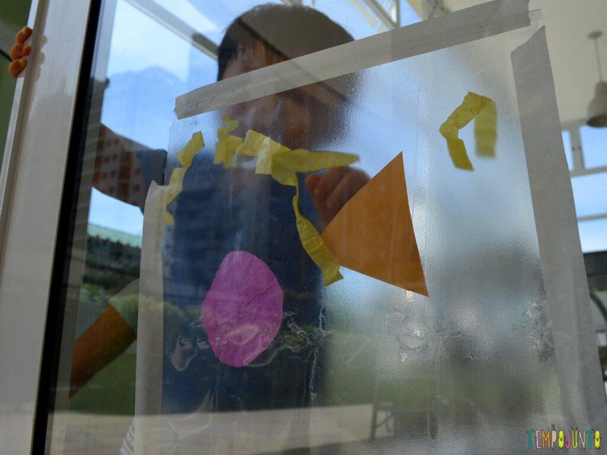 Brincadeira sensorial para seu bebe com papel de seda_11.37.04_Felipe encostando nos materiais
