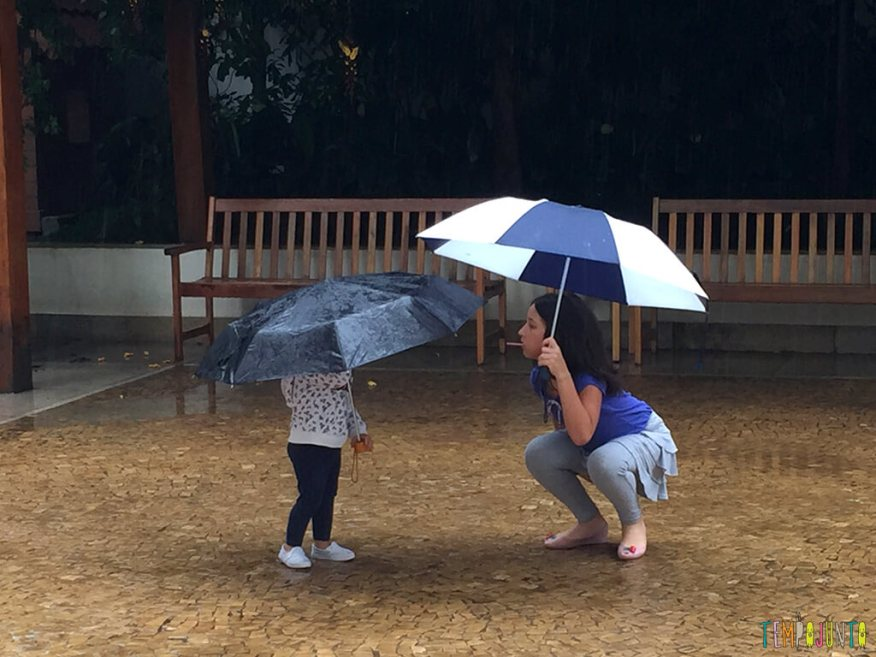 Como brincar com criancas de idades diferentes_11.32.27_Carol-e-gabi-com-guarda-chuva