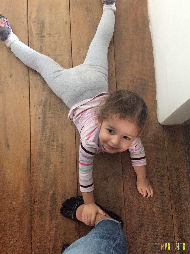 Como brincar com criancas de idades diferentes_IMG_4494_Cobra_gabi-segurando-pe