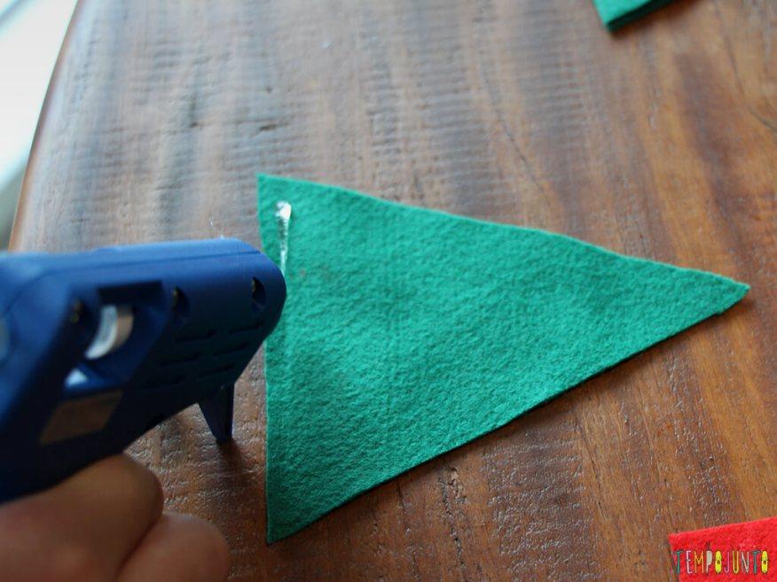 Como fazer um enfeite caseiro para a árvore de natal_3835_colando-a-arvore