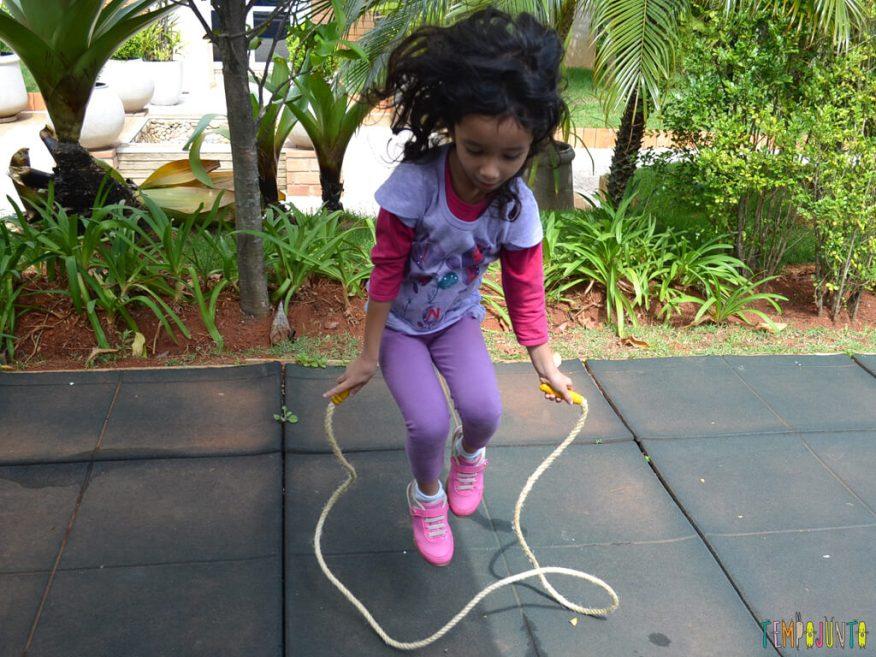 Pular corda para reforcar o vInculo com seus filhos_10.41.57-1_Sofia pulando corda